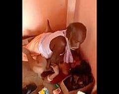 बुड्ढे अंकल पकडे गए चुदाई करते हुए मंदिर में